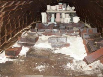 loading the kiln, some pottery has oxides, otherwise yakishime